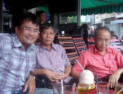 Nhà văn Nguyễn Huy Thiệp (thứ hai từ trái qua).