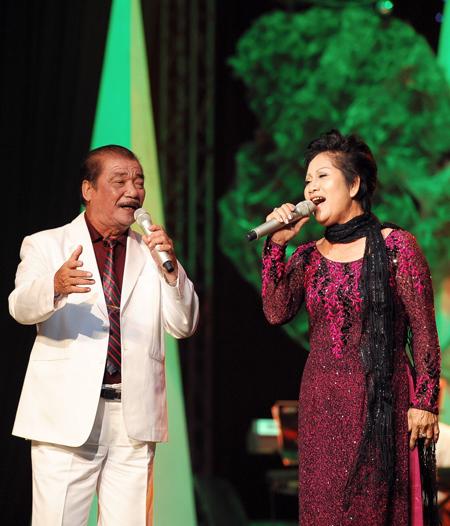 Bài hát dịu dàng tình cảm Trường Sơn Đông Trường Sơn Tây (thơ: Phạm Tiến Duật, nhạc: Hoàng Hiệp) sẽ đến với khán giả qua giọng hát của NSND Trần Hiếu và cô Nguyễn Thị Nguyệt.