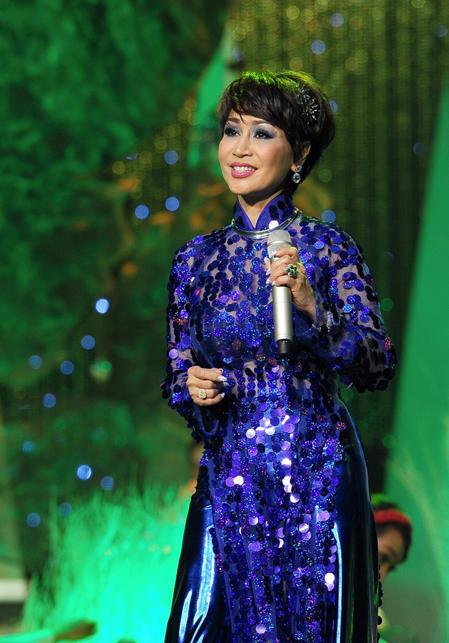 Khánh Hà lắc lư, nhảy theo nhịp điệu sôi động của bài hát truyền hưng phấn xuống hàng ghế khán giả.