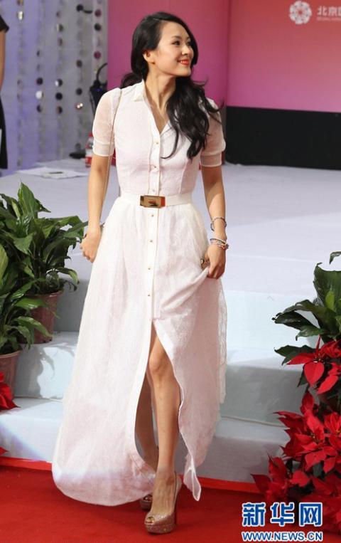 Nữ diễn viên chọn chiếc váy trắng trang nhã, sang trọng.