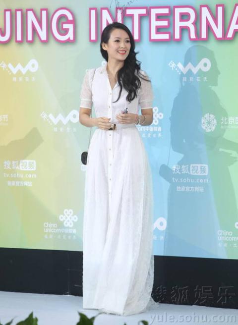 Tử Di chuẩn bị ký tên vào biểu tượng của Liên hoan phim.