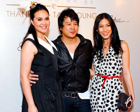 Kathy Uyên (phải) đến chúc mừng Thanh Bùi có dịp cùng hợp tác với một ca sĩ ngoại quốc.