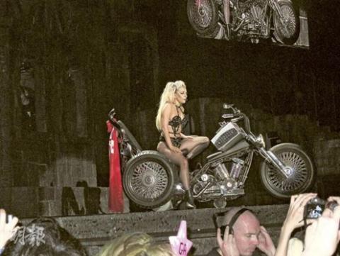 Lady Gaga trong đêm diễn ở Hong Kong.