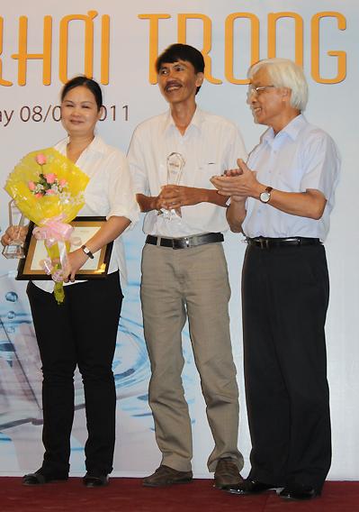 Nguyễn Ngọc Thuần (giữa) cười tươi tắn khi nhận giải Sách Hay.