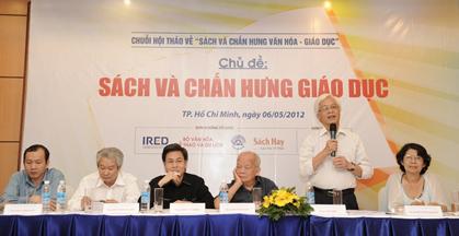 GS-TS Chu Hảo (đứng) phát động giải thưởng Sách Hay với câu nói hóm hỉnh về việc phần thưởng dành cho sách đoạt giải là 1 đồng Việt Nam.