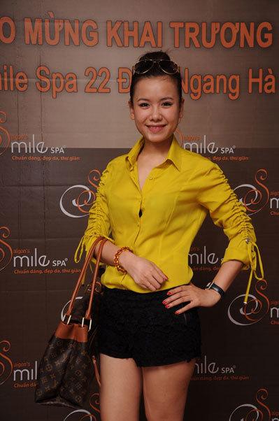 Đến chúc mừng sự kiện ý nghĩa này còn có Vũ Yến Ngọc – ca sĩ Sao Mai điểm hẹn 2010 là khách hàng thân thiết tại 22 Đình Ngang từ 5 năm nay, thành viên nhóm Nhịp Điệu và hàng chục khách hàng VIP.