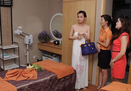 Hoa hậu Thùy Lâm đến chúc mừng spa kiểu Nhật 22 Đình Ngang với vẻ đẹp rạng ngời của bà mẹ một con. Thùy Lâm đặc biệt đánh gia cao sự chuyên nghiệp và thái độ phục vụ của nhân viên Saigon'smile Spa.