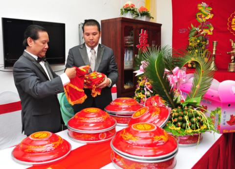 Quang Huy rất chu đáo trong mọi khâu tổ chức lễ cưới với ca sĩ Quỳnh Anh. Từ lễ đính hôn (ăn hỏi) đến lễ rước dâu đều được anh và gia đình thực hiện trang trọng, đầy đủ nghi thức. Sáng 10/5, chú rể (phải) dẫn đầu đoàn nhà trai đi rước dâu.