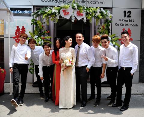 Lễ rước dâu diễn ra theo đúng nghi thức nhưng không kém không khí trẻ trung, vui vẻ.