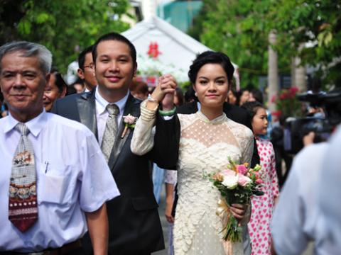 Quang Huy nắm chặt tay cô dâu.