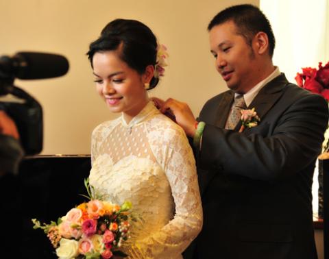 Quang Huy đeo nữ trang cho Quỳnh Anh tại lễ rước.