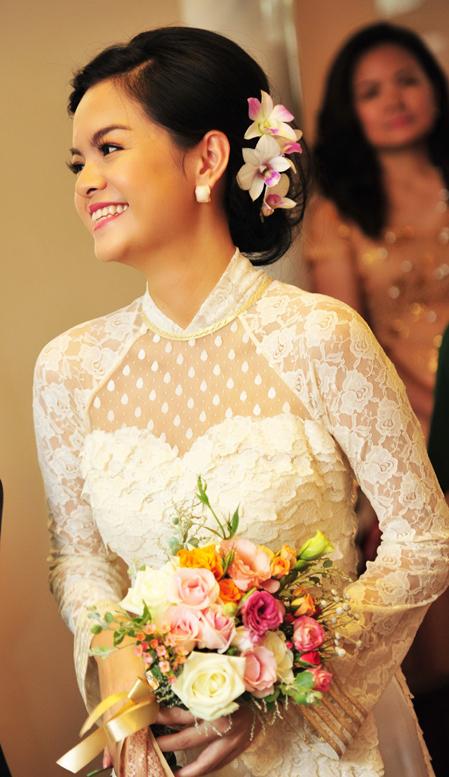 Trang điểm giản dị cùng với bộ áo dài ren trắng, Quỳnh Anh đẹp hơn bao giờ hết.