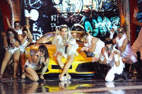 Quan khách nước ngoài và trong nước choáng ngợp trước vũ đạo cự cực tốt của nữ ca sĩ xinh đẹp.