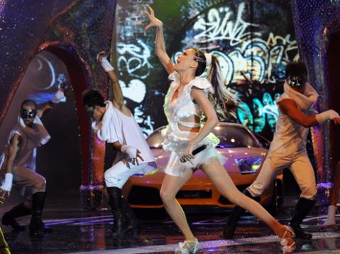 Nữ ca sĩ thể hiện hai ca khúc lần đầu tiên ra mắt khán giả I don't care và Sẽ mãi bên nhau.