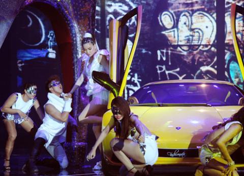 Hồ Ngọc Hà khiến tự tay lái chiếc Lamborghini Gallardo LP550-2 Valentino Balboni của Cường Đô La lên sân khấu mở màn cho tiết mục sôi động.