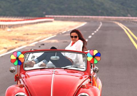 Ý tưởng của MV 'Fluy' đến từ sự ham muốn được tự do bay lên của một cô gái, bay lên giữa trời gió mát. Đạo diễn Bone Ho đã đưa ra một kịch bản với nội dung có một cô gái trẻ trên một chiếc xe cổ dạo trên đường. Trên đường đi cô gái gặp được nhiều bất ngờ, cuối cùng giấc mơ bay lên của cô trở thành hiện thực.