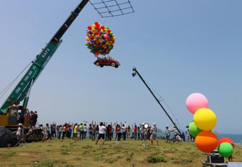 Dàn cầu cẩu thực hiện cảnh quay bay xe hoành tráng của Vy Oanh.