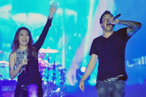 Simple Plan cùng Mỹ Tâm biểu diễn lại hit của mình. Ảnh: Hoàng Hà.