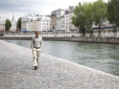 Gil, nhân vật chính trong phim, đi dạo bên bờ sông Seine êm đềm. Ảnh: Sony.