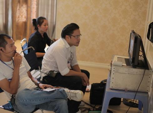 Đạo diễn Victor Vũ và ekip đang xem lại các cảnh quay đầu tiên. Ảnh: GXY.