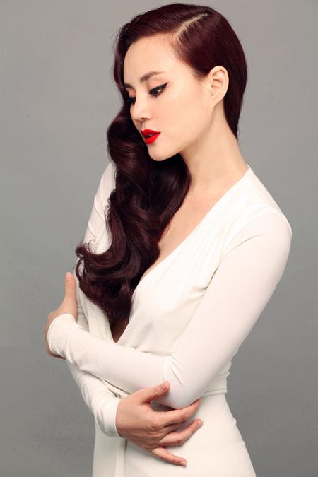Trái với sự dịu dàng, bay bổng, chiếc váy trắng xẻ ngực sâu ôm sát cơ thể giúp nữ ca sĩ khoe được vẻ đẹp mặn mà, sắc sảo.