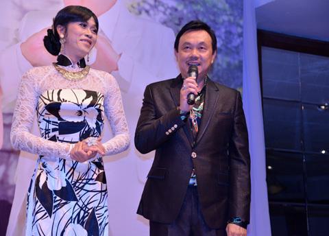 Chí Tài (phải) cùng Hoài Linh giả làm song thân của chú rể. Họ kết hợp đầy duyên dáng trong buổi tiệc.