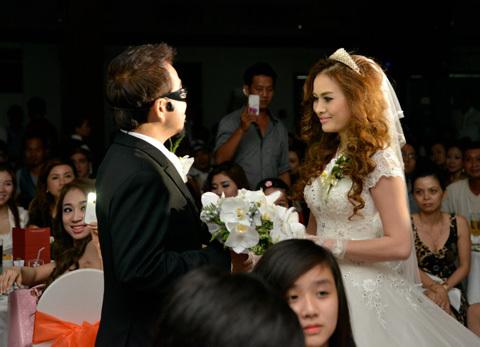 Hồng Tơ mang kính đen rất ngầu đón cô dâu vào tiệc. Cả hai còn song ca bài hát Lâu đài tình ái làm buổi tiệc thêm vui vẻ.