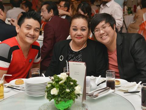 Nhiều nghệ sĩ đến chúc mừng Hồng Tơ (từ trái sang): Diễn viên Anh Vũ, nghệ sĩ Ngọc Giàu, diễn viên Gia Bảo.