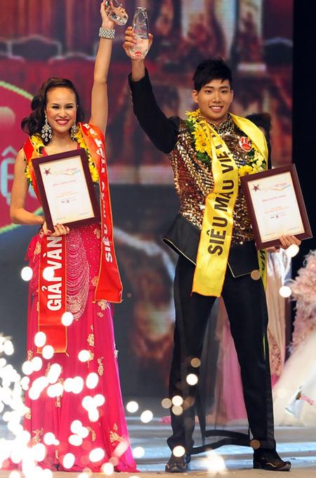 Phương Mai và Hữu Long nhận giải Vàng Siêu mẫu 2012.