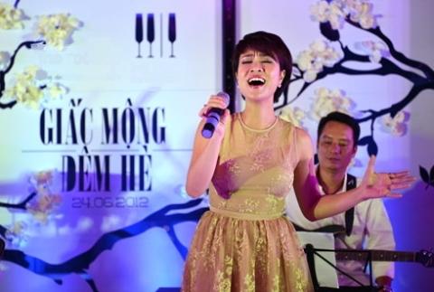 Uyên Linh diện chiếc váy ren màu nude trong đêm nhạc