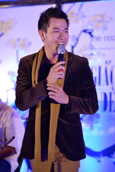 Hồ Trung Dũng vẫn trung thành với áo vest và khăn quàng khi biểu diễn dù thời tiết Hà Nội khá nóng.