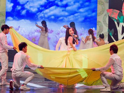Vy Oanh xuất hiện với vẻ xinh đẹp. Cô mặc một bộ đầm rộng thùng thình che lấp cả thân người.
