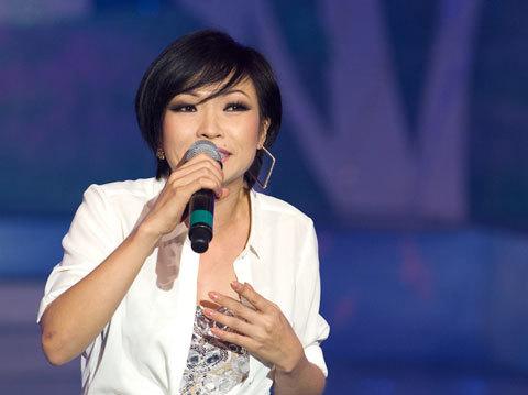 """Nữ ca sĩ đầy sự """"máu lửa"""" khi trình diễn trên sân khấu trong ca khúc """"Hình dung"""". """"Chị Chanh"""" còn xuống tận hàng ghế khán giả giao lưu và hát cùng mọi người."""