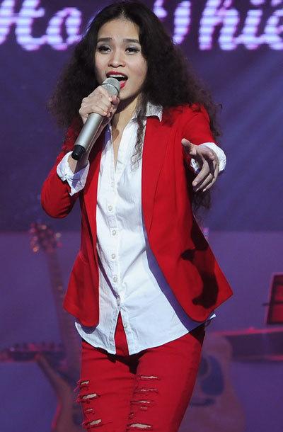 """Đồng Lan là một trong 100 thí sinh loạt vào """"vòng giấu mặt"""" của cuộc thi """"The Voice"""" phiên bản Việt. Ca sĩ Đồng Lan sinh ra và lớn lên ở Hải Dương. Cô quyết tâm Nam tiến theo tiếng gọi của niềm đam mê âm nhạc. Nữ ca sĩ từng đoạt giải nhất hát tiếng Pháp toàn miền Bắc, Giải nhất cuộc thi tuyển chọn giọng hát hay Đài Tiếng nói Nhân dân TP HCM. Cô cũng là một gương mặt mới của Bài hát Việt nhưng đã tạo được nhiều ấn tượng với khán giả cũng như Hội đồng nghệ thuật với ca khúc """"Sợ chết"""". Bài hát sáng tác dựa trên hiện trạng chung của giới trẻ hiện nay: sống vội, không biết quý trọng sự sống. Theo cô, thông điệp của ca khúc là phải trân trọng từng giây phút của sự sống, phải biết sợ chết và phải sống có ý nghĩa hơn từng ngày."""