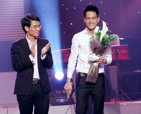 """Tác giả Nguyễn Hoài Nam (phải) đoạt giải Bài hát ấn tượng với ca khúc """"Bước đi""""."""