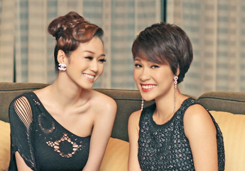 Uyên Linh (phải) diện bộ váy với kiểu dáng giản dị nhưng khá bắt mắt. Trước đó, nữ ca sĩ thường bị chê là ăn mặc khá quê mùa. Chính vì vậy, cô đã nhờ nhà thiết kế Adrian Anh Tuấn tư vấn cho cô trang phục đi tiệc.