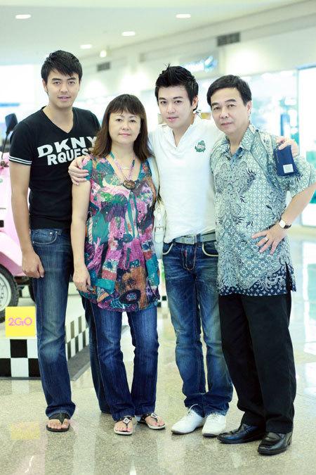 Phan Anh, Tuấn Tú trong chuyến sang Philippines thăm bố mẹ.