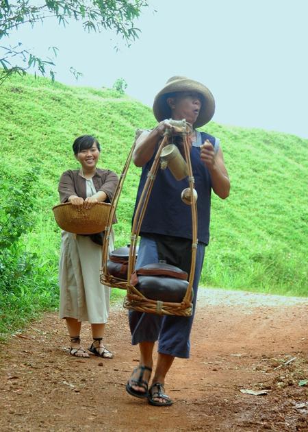 Cai sĩ Phương Anh Idol (trái) vào vai Thị Miều, một nhân vật mang tiếng cười đến cho khán giả.