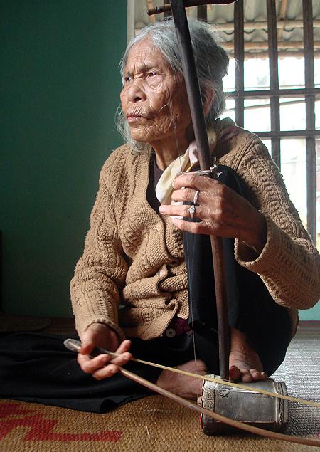 hệ nhân được trao tặng danh hiệu Nghệ nhân dân gian, Nghệ sĩ ưu tú và giải thưởng Đào Tấn cho những đóng góp trong việc gìn giữ vốn quý nghệ thuật dân tộc lại có hoàn cảnh sống quá khó khăn. ia đình bà hiện là một trong những hộ nghèo nhất xã, con gái chạy chợ, con rể làm nghề đánh cá.