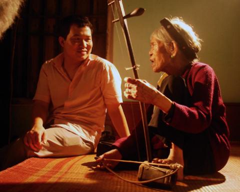 Đạo diễn Lương Trình Dũng đã phải mất nhiều thời gian để thuyết phục nghệ nhân Hà Thị Cầu đồng ý thực hiện bộ phim.