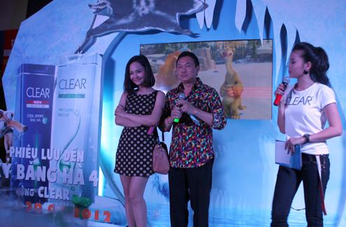 Miu Lê và Chí Tài lên sân khấu giao lưu với các khán giả trước giờ vào xem phim.