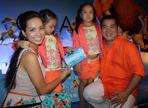 Vợ chồng Thúy Hạnh - Minh Khang cũng tranh thủ đội mưa dắt hai công chúa nhỏ đi xem phim.