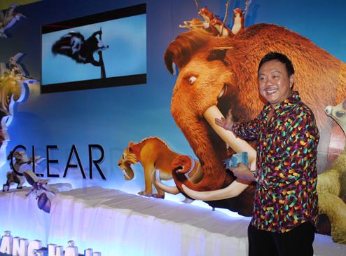 Danh hài Chí Tài thể hiện giọng của voi ma mút cha, Manny.