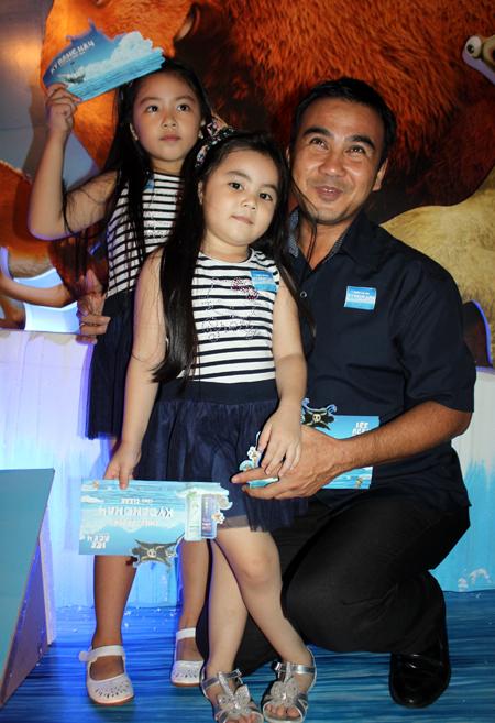"""Tối 17/7, tại MegaStar Hùng Vương, quận 5, TP HCM, diễn viên Quyền Linh cùng hai con gái đi công chiếu phim hoạt hình 3D """"Kỷ băng hà""""."""