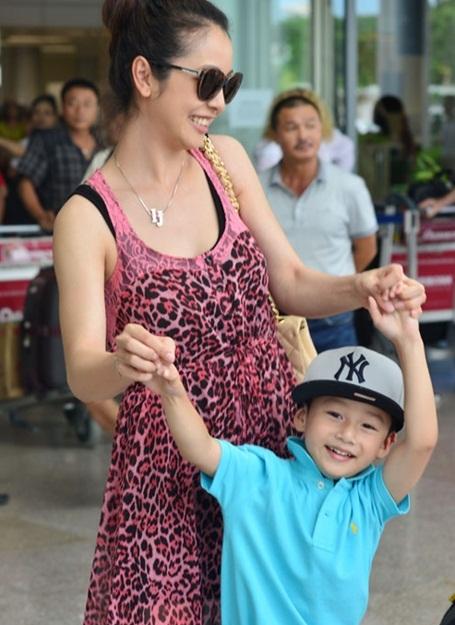 Chiều 24/7, Jennifer Phạm và con trai đáp máy bay xuống sân bay Đà Nẵng, sau đó di chuyển ra Hội An. Tối 24/7, cô sẽ chấm phần thi tài năng của các thí sinh cùng với chị em cựu người mẫu Thúy Hằng, Thúy Hạnh.