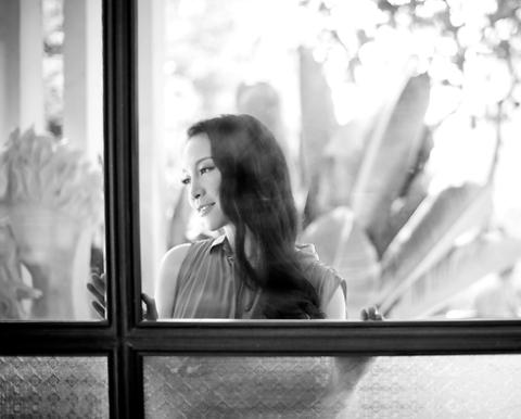 Trong không gian yên tĩnh và dịu êm của café Tea Coffee Tree phủ đầy cây xanh, nhiếp gia Hải Đông, một người anh, người bạn thân thiết của Linh Nga đã ghi lại những khoảng lặng rất đáng nhớ của cô.