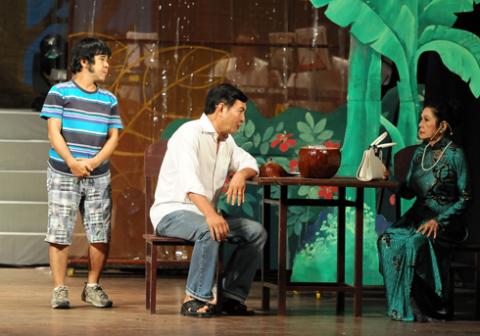 """Từ trái qua: nghệ sĩ Bạch Long, Bảo Anh và Diễm Kiều, những người em, đồng nghiệp thân thiết cùng góp mặt với Kim Cương trong trích đoạn """"Trà Hoa nữ""""."""
