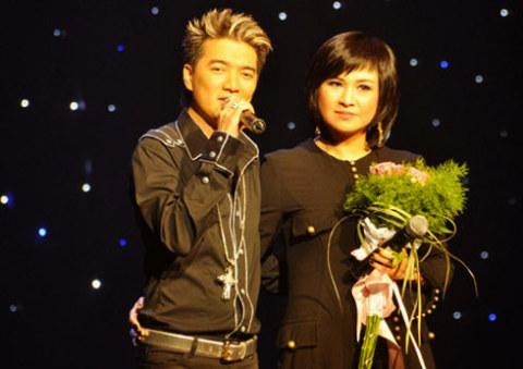 Thanh Lam đến chúc mừng và hát chung Đàm Vĩnh Hưng trên sân khấu liveshow Người tình tại Hà Nội trong năm 2009.