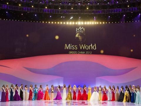 Sân khấu đêm chung kết Miss World 2012 khá lớn nhưng gần như không thay đổi trong cả đêm thi.