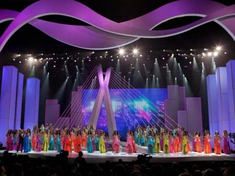 Sân khấu chung kết Miss Universe thường nhỏ hơn Miss World nhưng được dàn dựng đẹp mắt và thay đổi liên tục trong các phần thi.